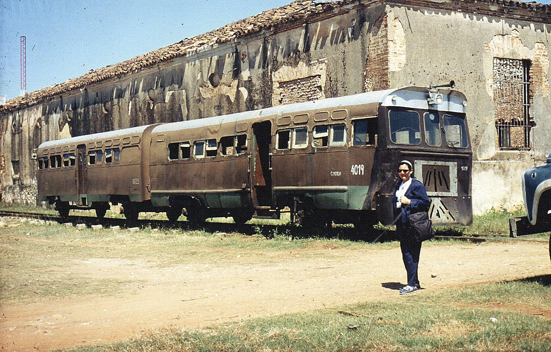 Materiel på banegården i Trinidad. Motorvogn FCC 4019 med kun ét førerhus af typen Pionero bygget i Cuba fra 1970 af importerede dele fra østblokken. Sovjetisk motor på 120 hk., der senere er udskiftet med en Mercedesmotor med mekanisk gearkasse. Vognvægt 20 t. 50 km/t. Antal byggede er ukendt, men i 2003 var fem vogne i drift i Trinidad-området. Motorvognen 4019 kører med personvogn 6725 også af Pionero-typen. Blandt delene er sidepaneler fra GM-busser! Cubanerne sagde i 1998, at 4019 var hensat reserveret til et museum. Den så også ud, som om det indre ugentligt brugtes til contrarevolutionsøvelse. Anden kilde oplyser, at den endnu var i drift 2003.