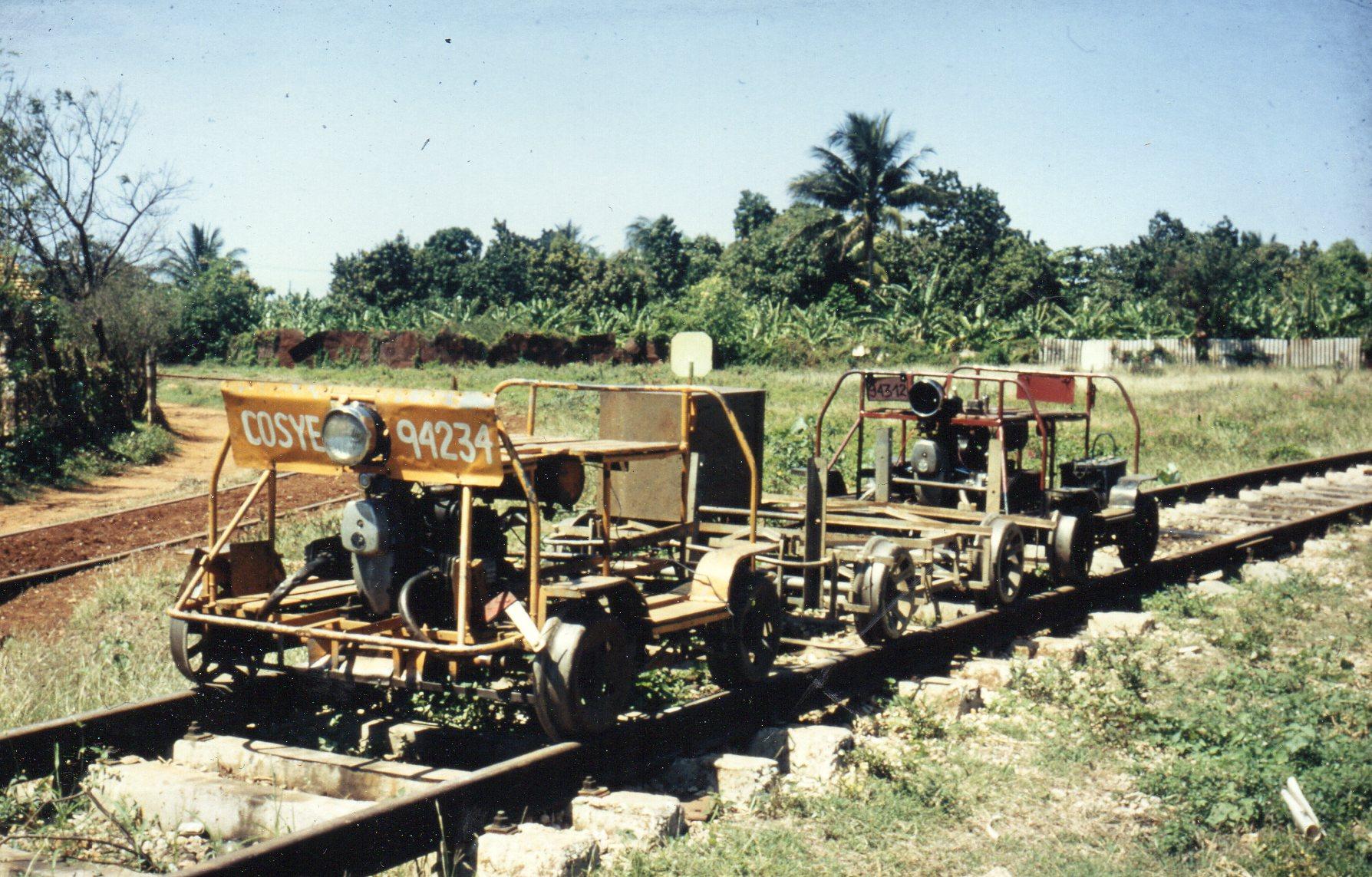 Et par dræsiner i Trinidad. Desuden ses en vendetrekant. Vi så ofte mandskabstransporter på sådanne dræsiner.