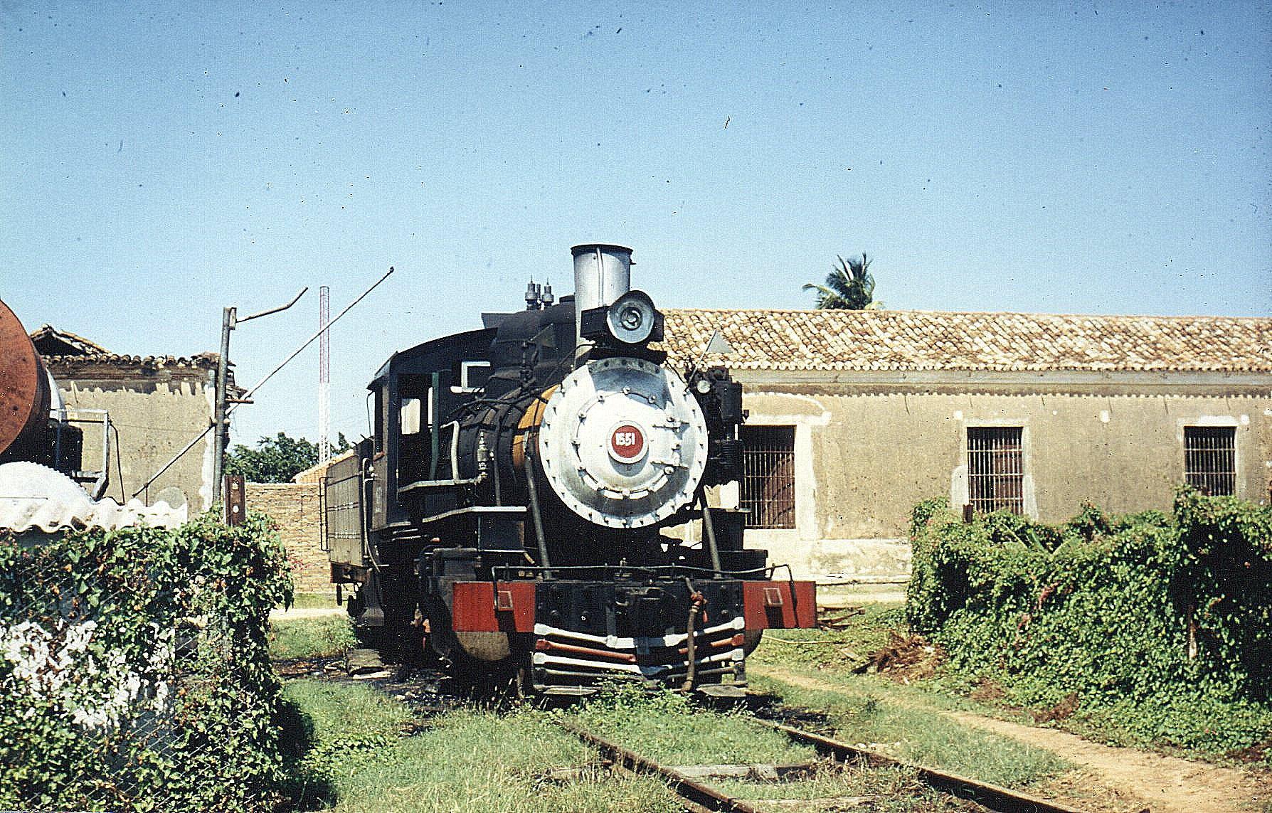 Trinidad Station havde engang været smuk, men nu lignede området et sidespor på en skrotplads eller ophugger. Ud til Sukkerdalen skulle der køre et museumstog, men maskinen her var defekt, og det var reservemotormateriellet også. Museumsmaskinen, der ellers er nymalet er 1551, Baldwin 52204/1919. 1'C. Bygget til mamerican Sugar Company. Senere CAI 438 Ramon Punciana. Tenderen var dog mærket FCUH, Havanas forenede Jernbaner.