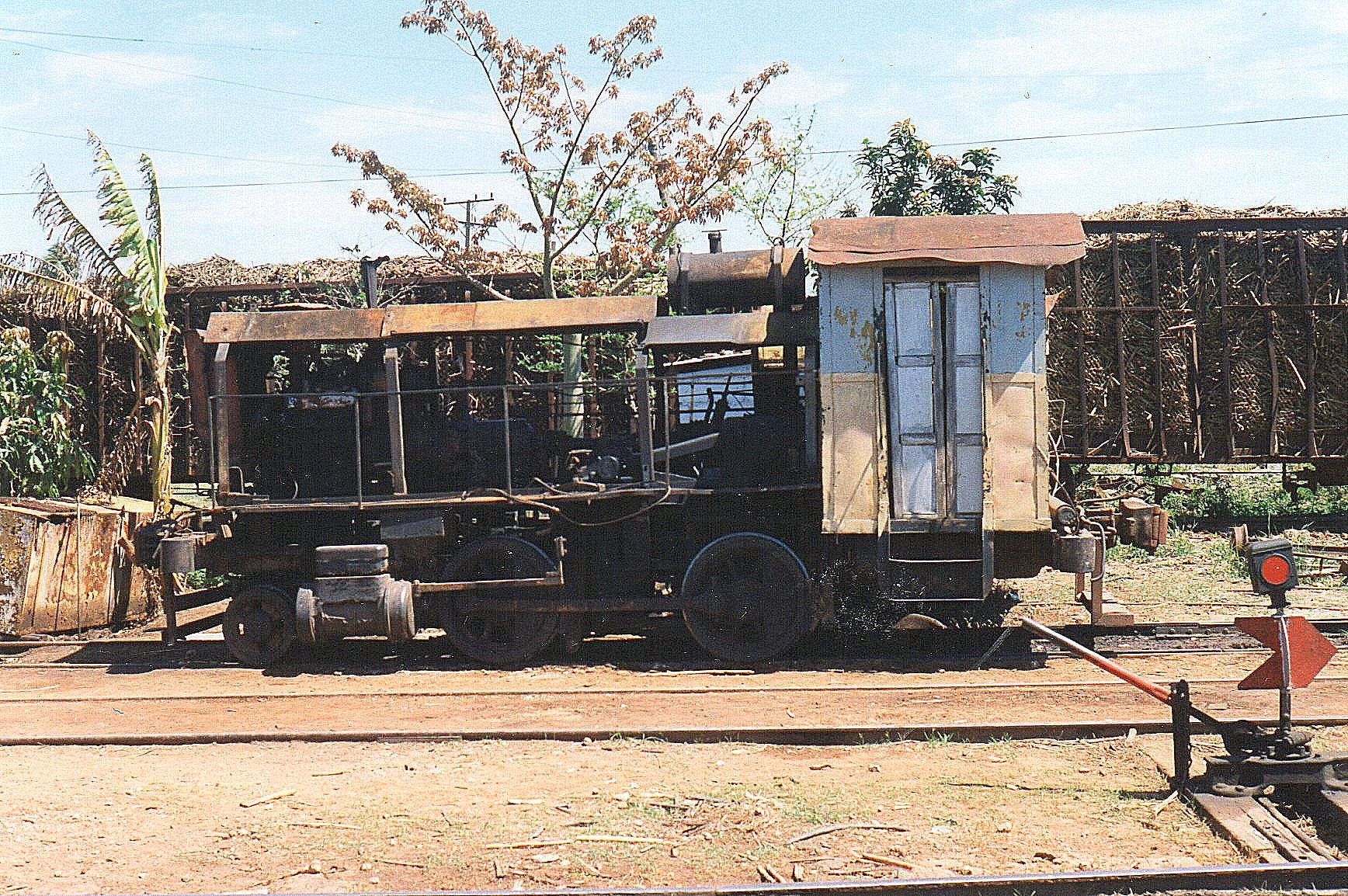 På Australia havde de meget mærkværdigt stående. Dette køretøj, der havde blanke hjul og nummeret 4110 har tilsyneladende engang været et 1B damplokomotiv. Bemærk sporskifteviseren. I baggrunden læssede sukkerrørsvogne.