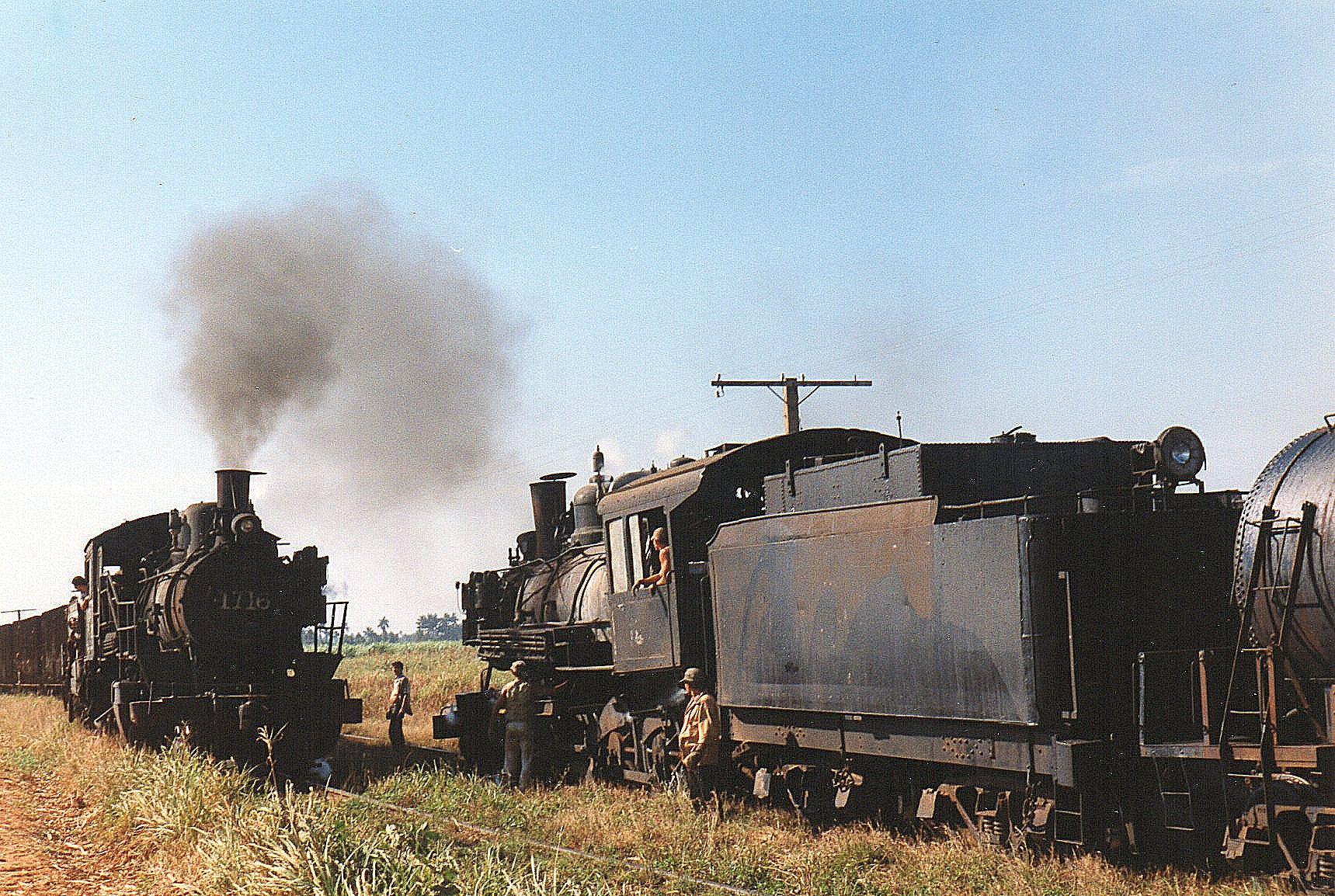 Krydsning mellem tog tog på sukkerbane nord for Australia. Læssepladsen hed Juanitta. 1716 til venstre er den tidligere viste Henschel. 1513 . CAI 1513 Baldwin 5467/1920 er en 1'D, der tidligere har kørte på både mølle 202 og 213.