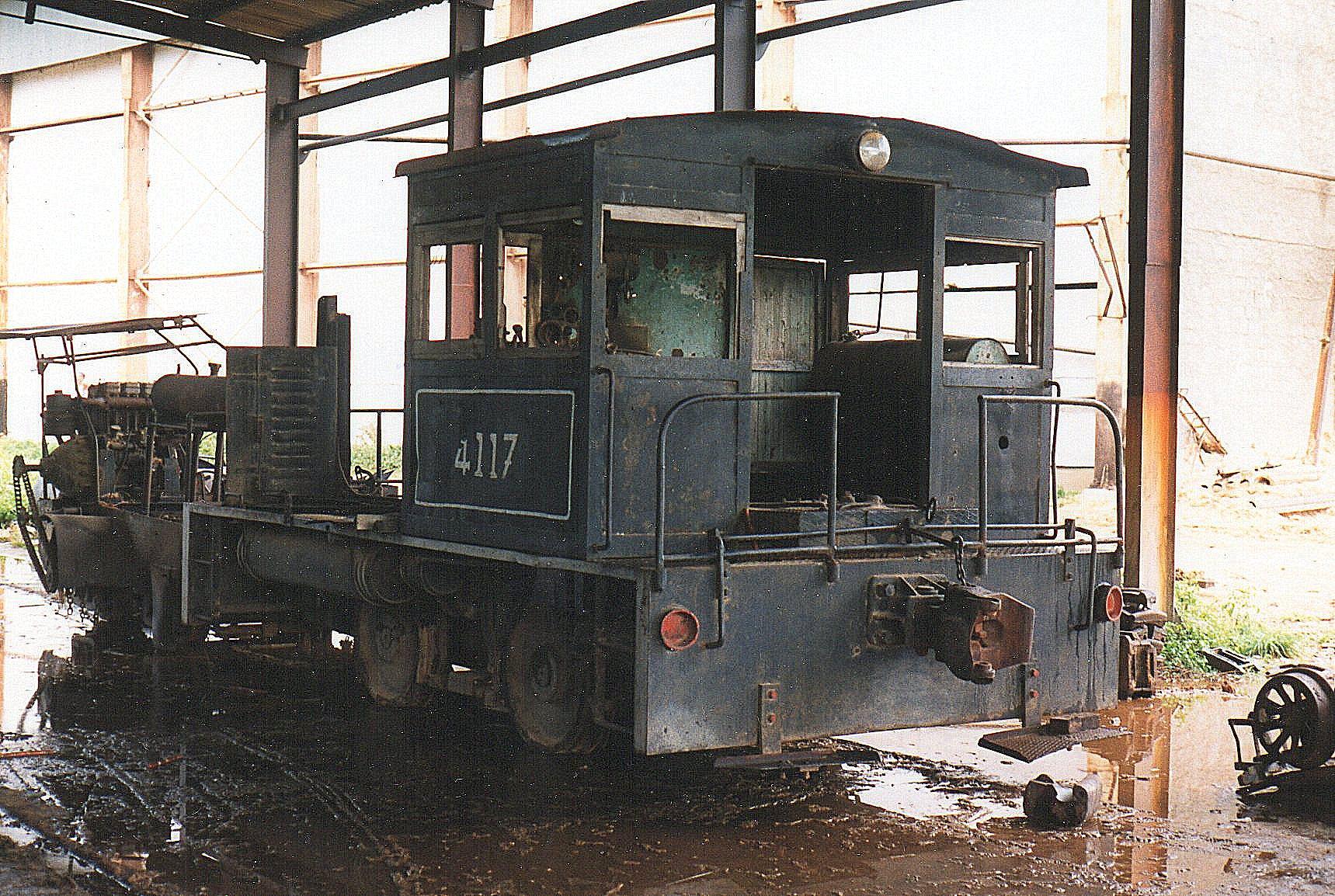 Ved siden af stod fruden en normal dræsine og resterne af 4117, der næppe har været et damplokomotiv, men altid et motorlookomotiv, muligvis en Whitaker fra 1941?