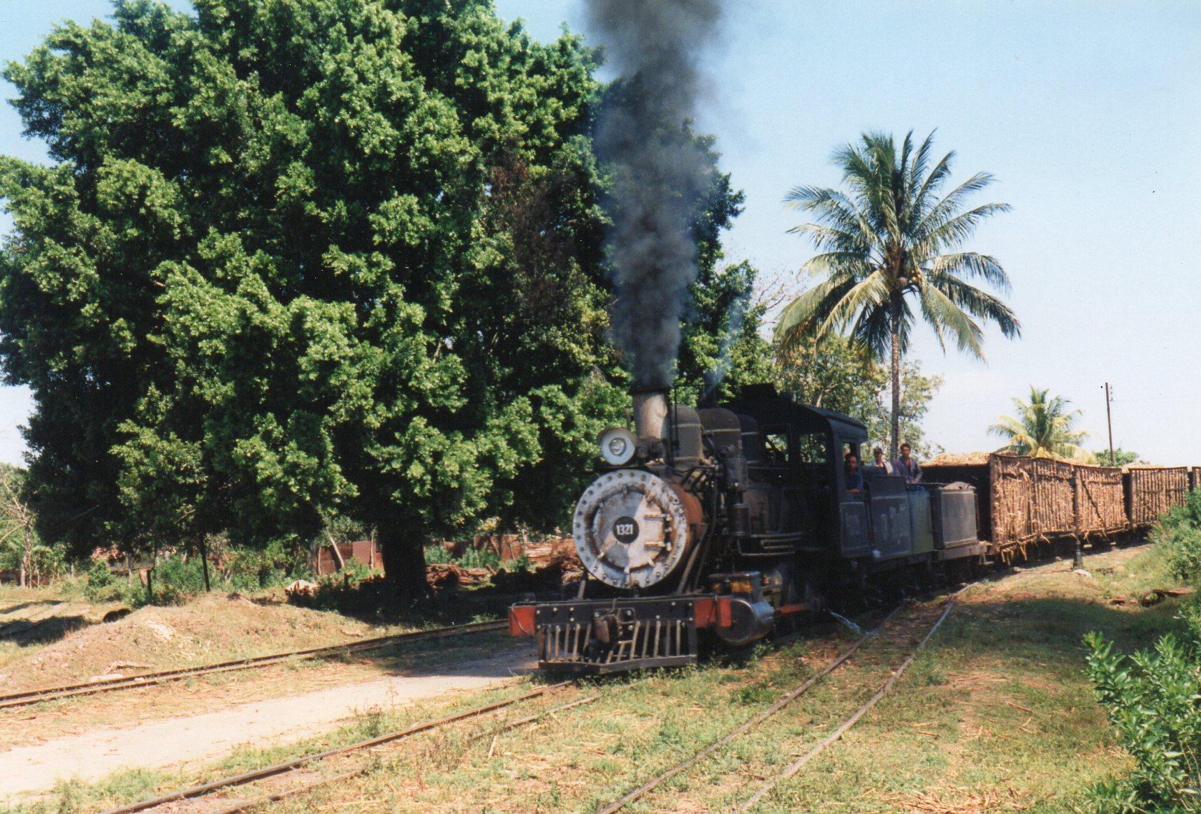 Måske fik jeg ikke set ordentligt på dieselen, for pludselig kom et damptog. Det er CIA 403 Mal Tiempo 1321, Baldwin 40244/1913. 1'D. 762 mm.