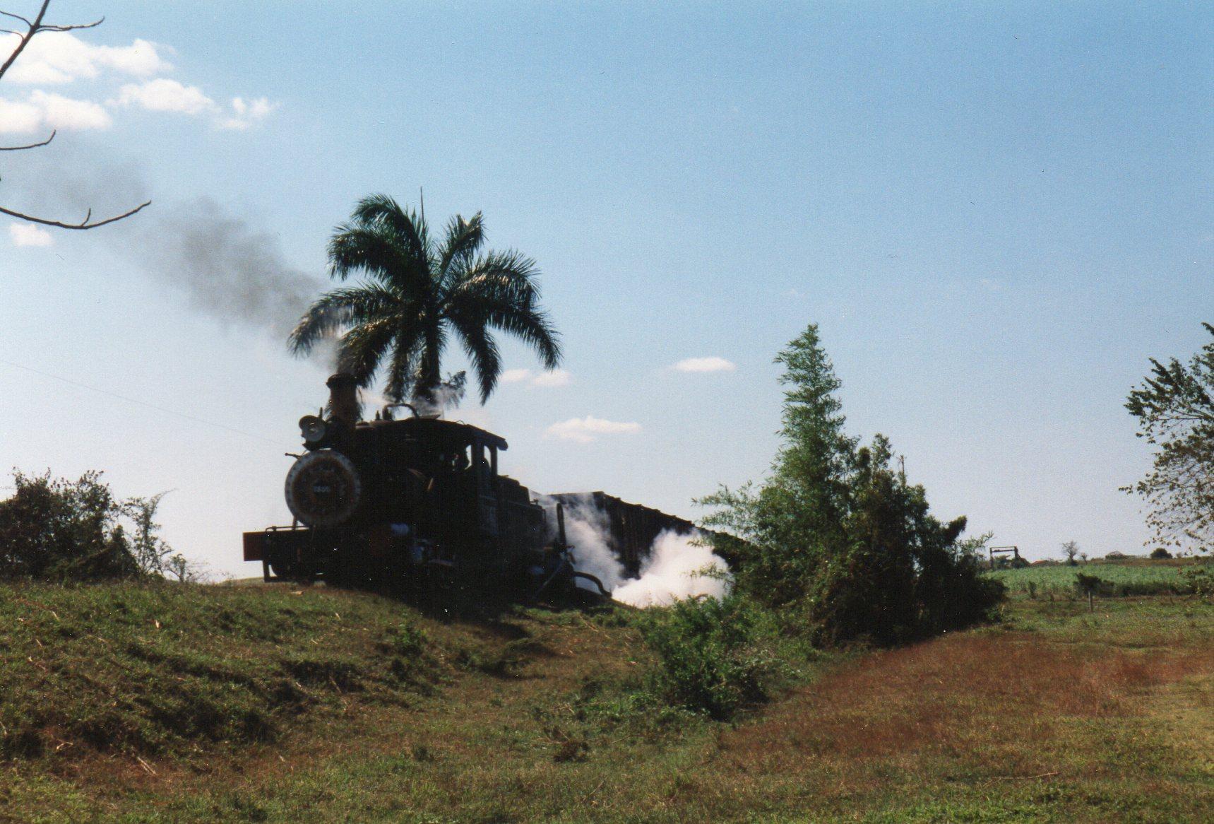 Nær floden Rio Vija kunne lokomotivet tage vand. Pumpen blev drevet med lokomotivet egen damp. Derfor den hvide damp til højre.