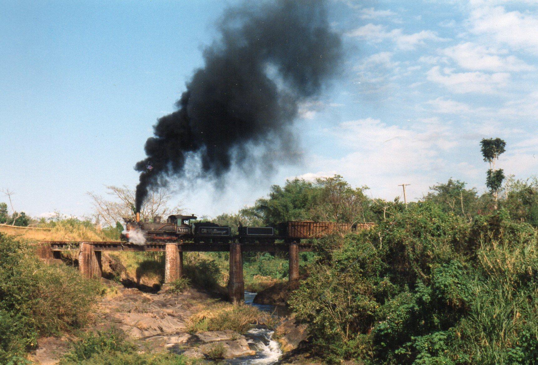 Målet for fotokørslen var denne bro over Rio Vija 11,4 kilometer fra møllen. Vi betalte 100 $ for turen. Det blev til 35 kr for hver for en ture fra 11.30 til 17. Dollaren stod åbenbart dengang i 7 kr. Da det er tørtid, var der ikke meget vand i floden. Trods tørtiden viser flere billeder regnvåde cubanere!