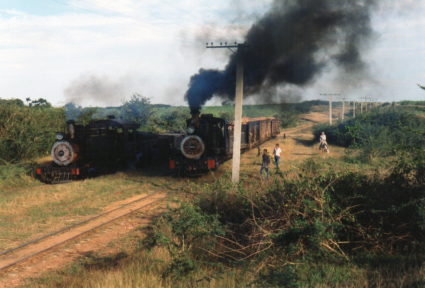 Vort særtog måtte ogskrydse på tilbagevejen. Her ses vort tog med 1355 til højre og en tom 1321 til venstre.