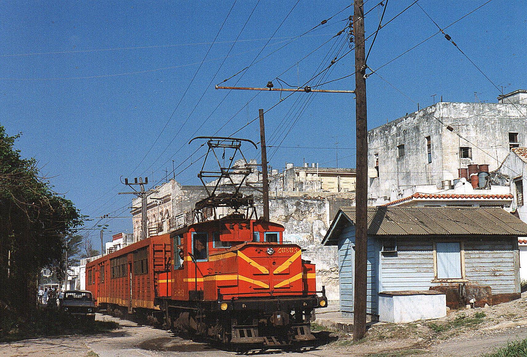 10.20 toget kom af sted med tyve minutters forsinkelse. Maskinen er FCC 20803, Generel Electric 7689/1920. Casa Blanca havde måske svaret til sit navn, Hvide Huse, men lidt kalk ville nu gøre underværker.