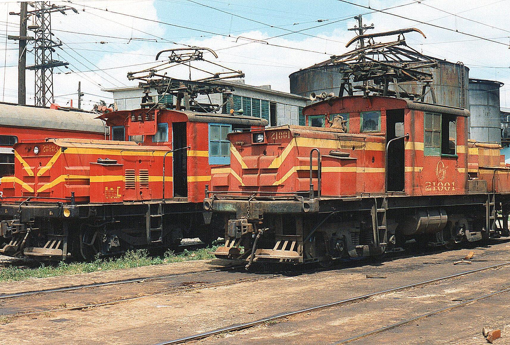 To af banens originale elektriske lokomotiver, FCC 20803 og 21001. begge fra GE, men uden synlige data.