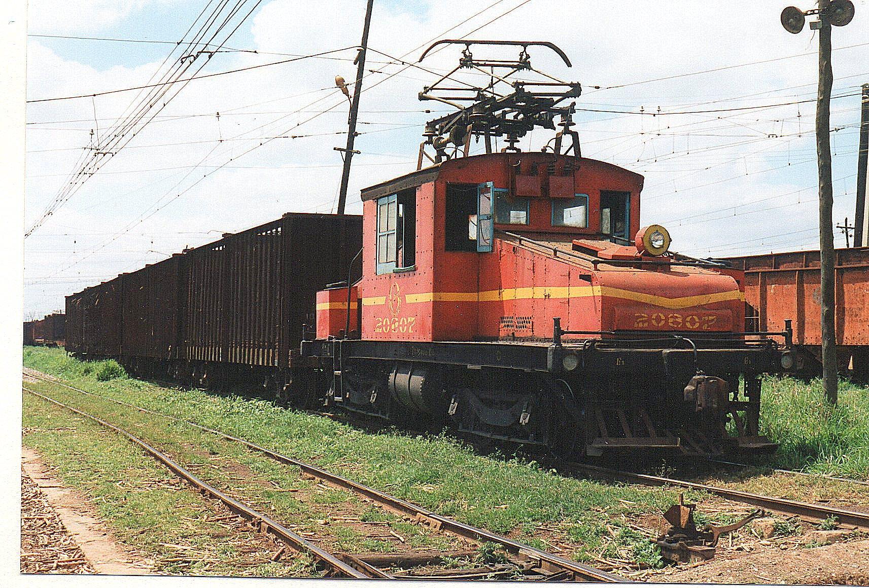 Sukkerrørstog fremførst af FCC 20807, GE 9923/1925. Lokomotivet her er således FCC og ikke MINAZ!