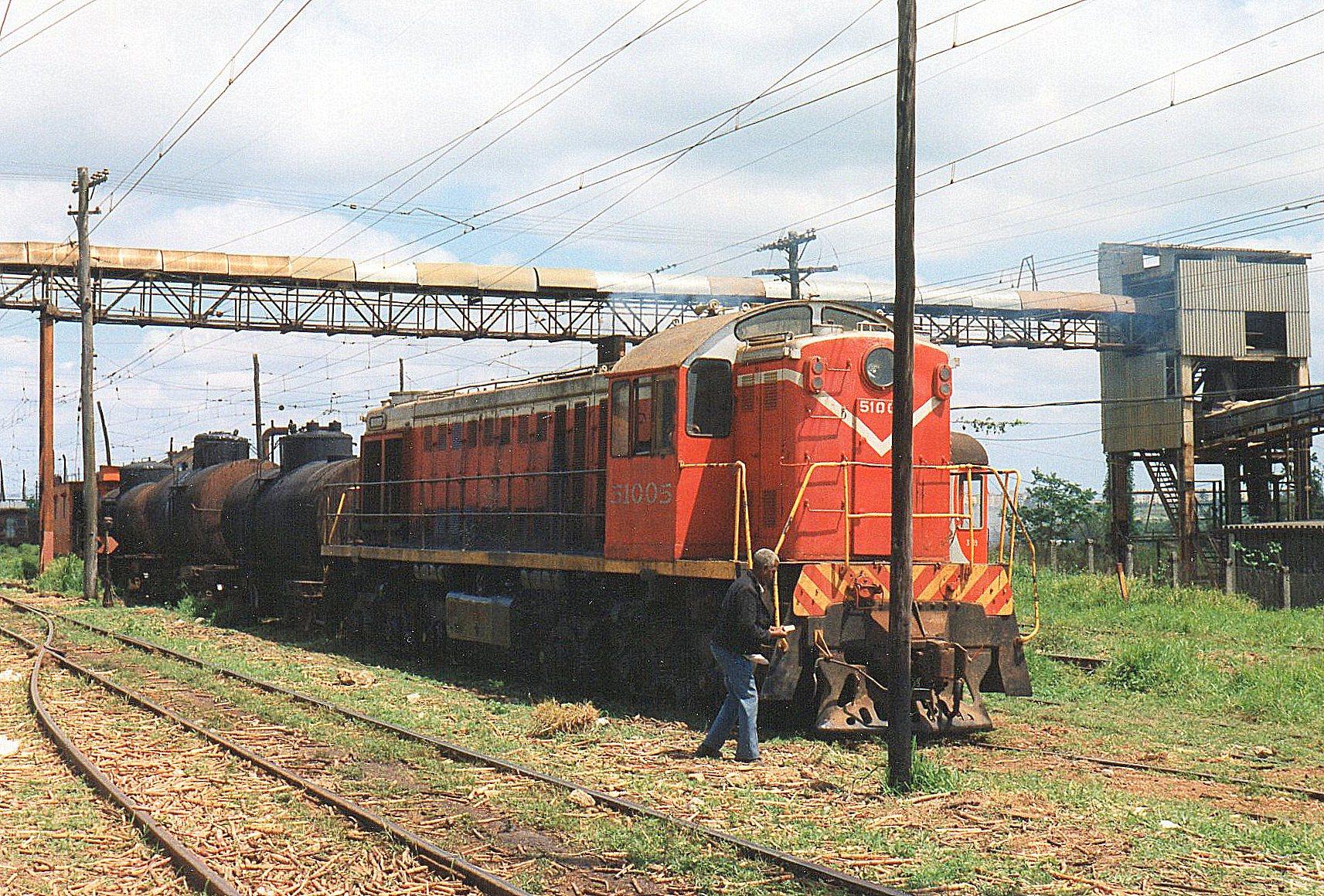 FCC 51005 med et godstog. I tankvognene er der enten sukkersaft eller olie, i begge tilfælde formentltransporter fra MINAZ? Lokomotivet kørte tidligere på dagen med et banetjenestetog.