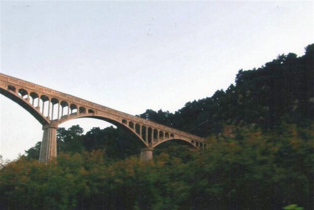Da de vildfarne kinesere var ved at være på rette spor, fjumrede de rundt på en lignende bro, men dog næppe denne, hvor de skulle have kørt nedenunder, hvorfra billedet er taget. Broen fra 1999 bar også et jernbanespor med tung godstrafik, men det denne bro nok for spinkel til. Billedet er fra 2007 og taget fra en bus.