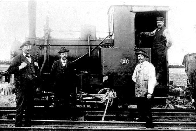 Et billede af Krauss 1842 ved sin sidste indsata i tørvene under og lige efter Første Verdenskrig. Lokomotivet kørte tørv i Fugdal Mose. Tørvefabrikken har fjernet pladen, men påsat en ny med navnet Dan. Stephensons styringen genkendes, og den erfarne lokomotivkender kan se, at maskinen er fra Krauss, men ellers er det svært at se ligheder med fabriksfotoet. Maskinen har ud over en normal, høj skorsten fået nyt førerhus. Desuden har den fået sandkasse. Skal jeg være helt ærlig, kan de to foto vise samme lokomotiv, men jeg har lidt svært ved at tro det. Hvornår maskinen er ombygget, vides ikke, men allerede, da Carl Jensen købte den til anlæg af Gjerrildbanen i 1910, var den ombygget.