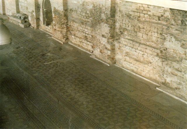 Kort før mit besøg havde man blandt meget andet udgravet et romersk pakhus på havnen. Det havde et meget stort mosaikgulv, som ses på dette foto. Bygningen var nu museum.