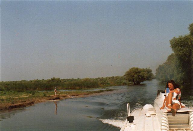 Turen til Donaudeltaet var en skuffelse rent fuglemæssigt. Det mest ophidsende, jeg så var en frø. Dette er næppe en Donaudeltaarm, men en kanal. Naturen var der dog. Hvad damen lavede, ved jeg ikke. Måske var hun blot blikfang.