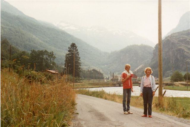 I den nedre Flåmdal kort før bebyggelsen Flåm, hvor kirken ligger, er der endnu kørevej. Vi er omkring en kilometer fra færgehavnen. 1983.