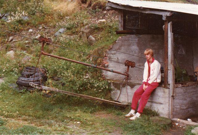 Højere oppe i dalen havde en gård en tovbane ned til stationen i Dalsbotn til transport af mælkejunger. 1983.