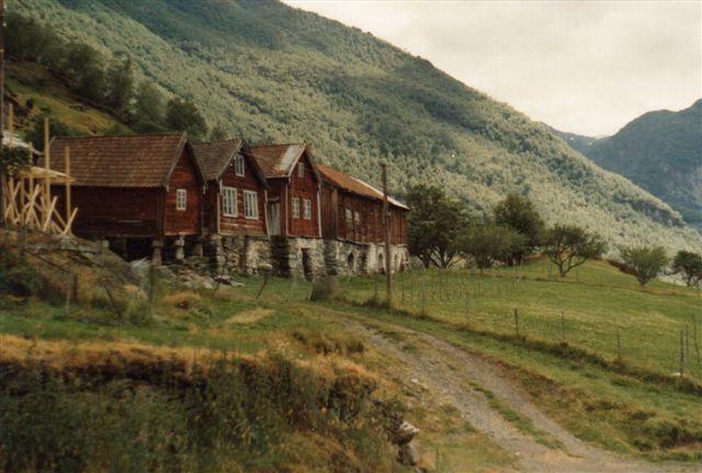 Nogle af gårdene i Ottenes stod som, da de blev bygget i 1600-tallet. 1983.