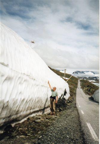 Driver på Sognefjellvegen sidst i juli 1993. Sneen han nu kun få måneder til at smelte, inden den nye sne falder. Hvis sneen ikke smelter inden, får vi en ny bræ her. Vi var trods alt kun 1400 meter oppe.