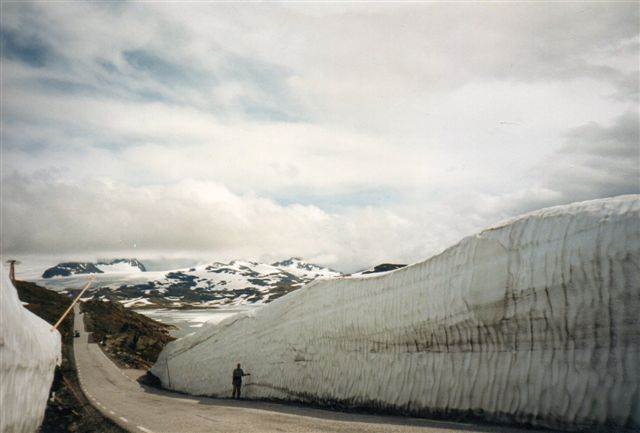 Vejret var til tider lidt skyet, selv om solen også skinnede. Vi så ikke tydeligt Norges to højeste fjelde, Gjalhøpiggen 2469 meter og Glittertind 2470 meter. Gjaldhøpiggen er den højeste, for på Glittertind er de ti øverste meter sne, og den målet ikke med, når selve bjergets højde skal opgives. 1993.