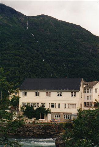 Så kom vi ned til sommeren ved Sognefjord. Vandrehjemmet her med havudsigt ligger i Skjolden. 1993.