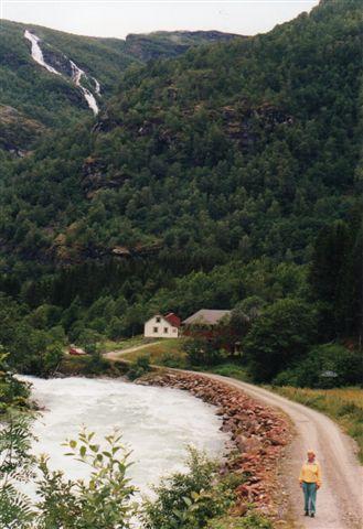 Bebyggelsen Mørkrid, hvortil vi kunne køre. Elven syner her 10 meter bred og en meter dyb, men andre steder i klippespalter var den en meter bred, men så må den vel have været ti meter dyb? Bilen står nede ved huset, men en privatvej førte endnu nogle hundrede meter op i dalen. 1993.