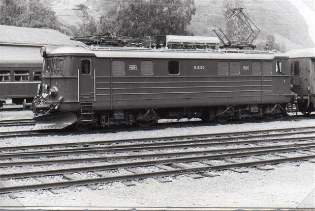 Ellokomotiverne var af NSBs type El 11. her nr. 2110. Jeg har noteret Thune 654/1956 med eludstyr fra BBC. Lokomotiverne var udstyret med flere af hinanden uafhængige bremsesystemer, så ethvert af NSB lokomotiver kunne ikke køre på banen. Kun tre El 11 var ombygget til brug for banen. Foto fra 1983.