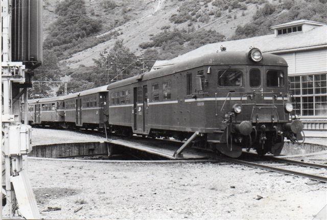 Togsættes styrevogn med åben endeperron. NSB 65.95. Dernæst følger en mellemvogn og en motorvogn. 1983.