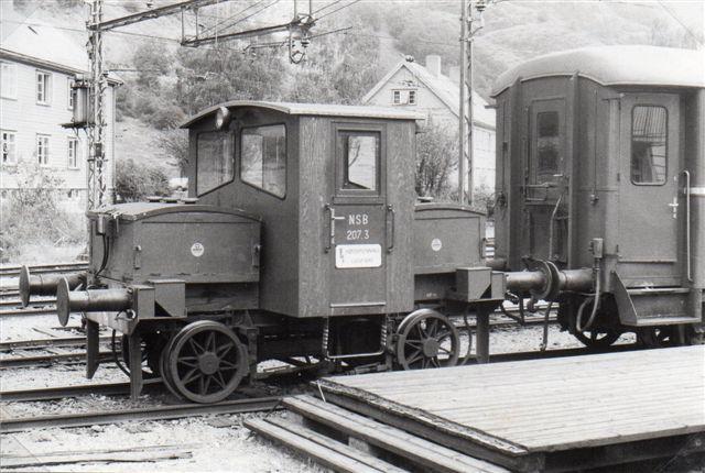 NSB Ska 207.3. Akkumulatorkasserne ses for og bag. Den brugtes til oprangering og flyttede også gods- og sovevogne. 1983.