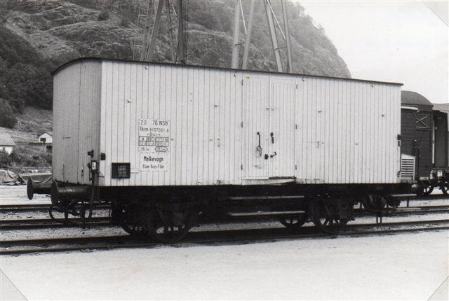 Mælkevognen mærket mejeriet i Voss. Der kom mælk i junger med skib, og i Dalsbotn fandtes en hængebane til mælkejungetranspor, en løypestreng. Også i Blomheller mellemstation stod mælkejunger på perronen. 1983.