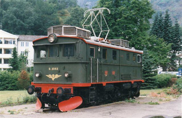 I 1997 var banens oprindelige lokomotiver fra starten vendt tilbage dog som denkmal. Her NSB El 9.2063. Thune 420/1944. 970 hk. Der var tre specialbyggede, og de havde tre sæt bremser, elbreme, bremseklodser og skinnebremse, går jeg ud fra.