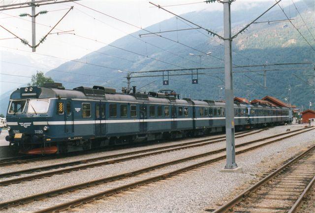 I 1997 lå der en helt ny station på opfyldt område. Fyldet fra en 11 kilometer lang tunnel til den nye Bergensvej var kørt ud i Sognefjorden og gav plads til nye spor og turistfaciliteter til krydstogtturister, der nu have fået kajanlæg. Materiellet var nyt, eller rettere lejet i Sverige. Mit foto viser SJ X 3180 og 3181 bagved. De var dog forsynet med NSBs logo.