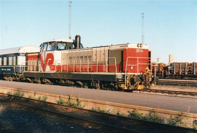 VR DR16 2814 med aftenens persontog tii Helsinki og Naantali med henholdsvis 16 og 3 vogne. På hverdag kunne der været yderligere biltransportvogne, så togt var 21 vogne stærkt. Foto 1997.