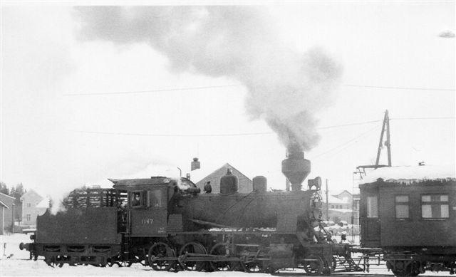 VR Tk3 1147, Frichs 393/1949 fotograferet af Tom Lauritsen i Oulu i 1969 et par hundrede kilometer syd for Rovaneimi. Her er den endnu i drift. I buret på tenderen er der brænde! Samme lokomotiv som nu stod som Denkmal!