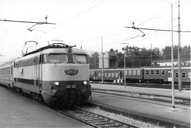 FS E 447 076 lignede omstående 444, men den førte ikke skildpadde. Foto i Firenze 1990.