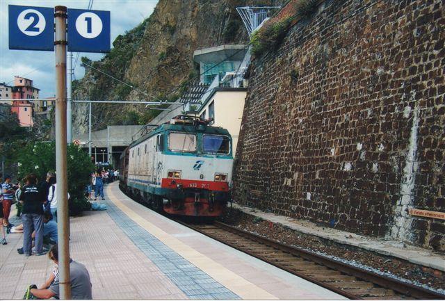 FS E 633 208 med et godstog passerer 2011 Manarola i Liguien - en af de fem byer i Cinque Terre. 633 er en version af 632, men lavere gearet til brug i godstog. 633 består af fire undertyper, der er bygget i 157 eksemplarer af Fiat, BBC og Oerlikon. Andre data: 103 t, 130 km/t og 4200 kW.
