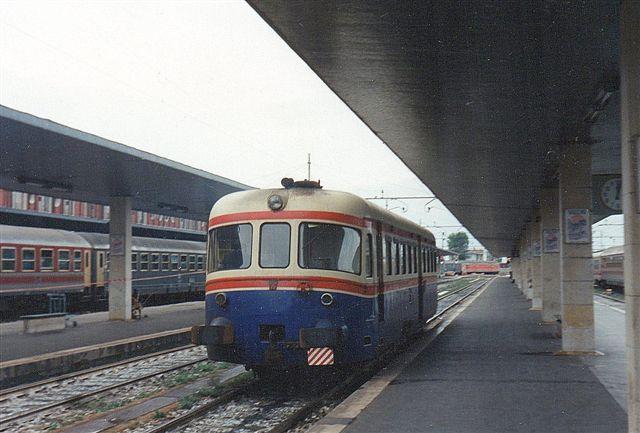 FMA, Ferrovia Mestre - Adria tilhørte SV, Societa Veneto. En motorvogn forlod Venezia uden hensyn til, at jeg kom løbende med fotografiapparat. 1990. Privatbanen var 1981 44 km lang. Jeg var faktisk ikke klar over, at togene kørte til og fra Venezia, så jeg så slet ikke efter dem.