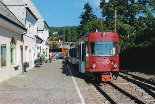 TW 24, en af to mere moderne vogne købt brugt fra en af Appenzellerbahns metersporstrækninger. Den ses her i Klobenstien den nordlige endestation. Den anden vogn, nr. 21 anes sammen med den 107-årige.