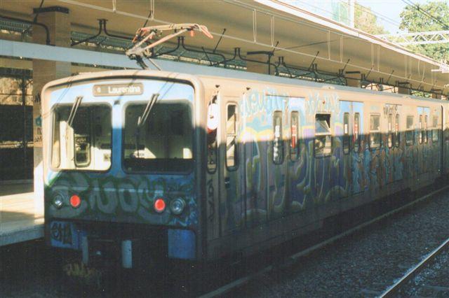 U-banetog på Pyramide på B-linjen. Trods det, at U-banetogene sjældet kom ud i lyset, var også dette tog svært hærget af vandaler. 1998.