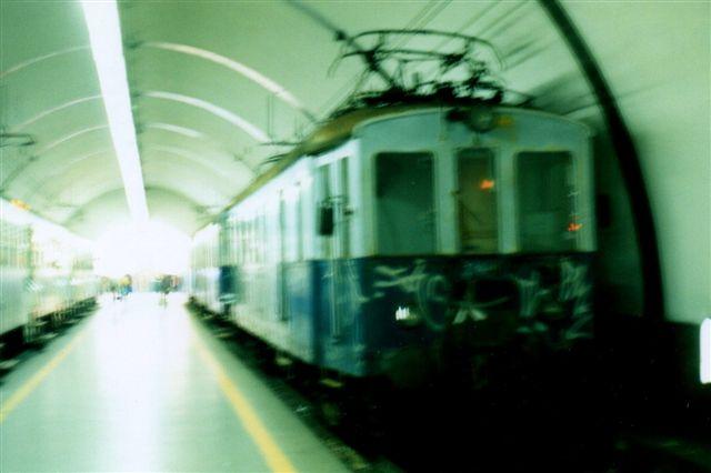 På den underjordiske station Roma Nord ses en aldrende motorvogn 112 med et myldretidstog til Viterbo. Jeg har desværre ikke formået at holde apparatet roligt længe nok. Vi er før det digitale apparat. 1998.