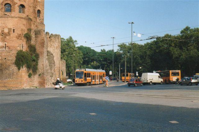 Sporvogn på linje 8 på Piazza Sct. Paolo foran Roms bymur. 1998.