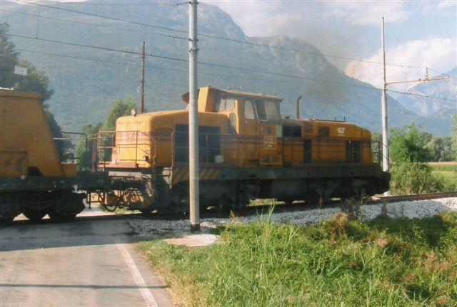 Nord for Comosøen mellem Colico og Chiavenna sås jeg fra en schweizisk postbus, der skød genvej gennem Italien mellem Graubünden og Tessin, denne forhenværende tysker, der nu tilhørte GCF, Generale Construzioni Ferriviare SPA i Rom. Det er en Henschel type DHG 1000 BB. Enten 29720 eller 21/1963. Ex. Rheinelbe Bergbau Dd 1 eller 2. Foto Edit Laursen 2009.
