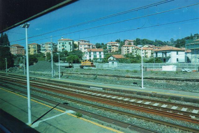 """I Moneglia i Ligurien mellem la Spezia og Sestri Levante stod også en umiskendelig """"tysker."""" Her var ikke tale om at stå at endsige få et bedre foto fra et kørende tog.Tager jeg ikke meget fejl, er det en toakslet Krauss Maffei, men her udover tør jeg ikke sige mere, da ingen ejermarkeringer kan læses på afstand. Foto fra 2011."""