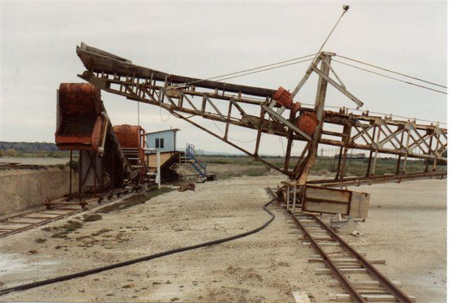 Sporet ser jeg som en rest af et større baneanlæg. I rejsemappens ses et foto af en gravemaskine til salt! I Frankrigs næststærste sø og største strandsø findes en østersfarm, hvor østerserne kørtes (køres?) på smalspor.