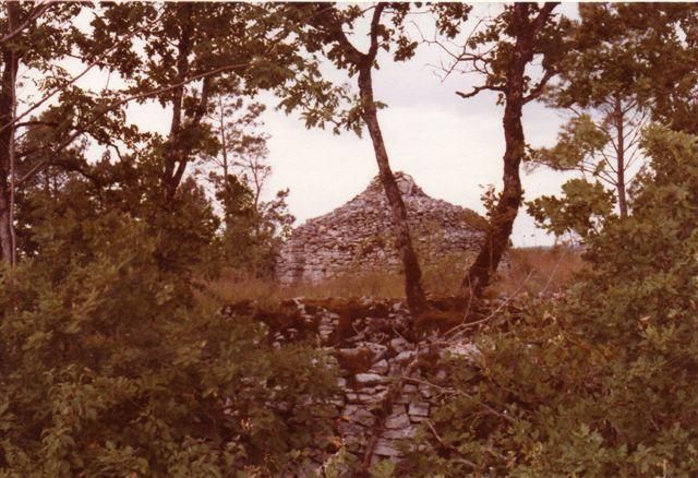Helt uden seværdigheder var egnen dog ikke, men vi skulle gå langt. Egnen bag floden var forladt efter vinpesten 1877 og stadig ubeboet, men husene lå der endnu sammen med forhistoriske minder. Her er gariot bygget af flade, stablede kalksten sikkert uden bindemidel. 1978.