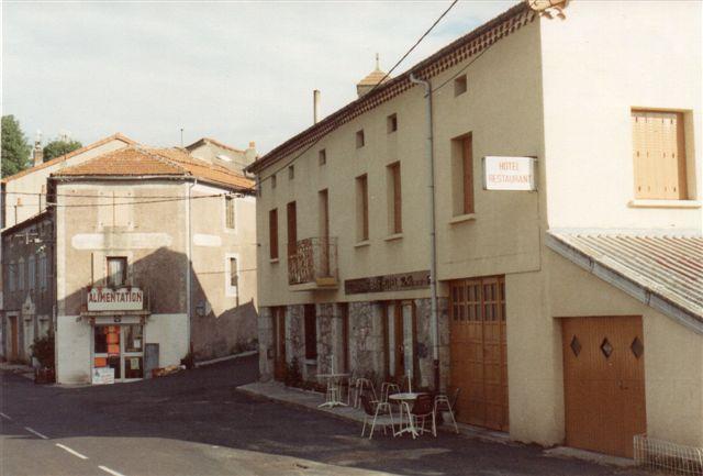 På mine billeder af de omtalte kroer er de dækket af deltgere. Her har vi 1988 passeret Cevennerne 2000 meter via Ardeche-dalen og har nu nået et lille hotel i Lanarce i 1140 meter i Auvergne. Også her var maden udsøgt, selv om stedet ikke ser ud af noget. Vi besøgte leverandøren, den lokale slagter, hvilket også var en oplevelse. Vi havde ost og pølse med hjem.