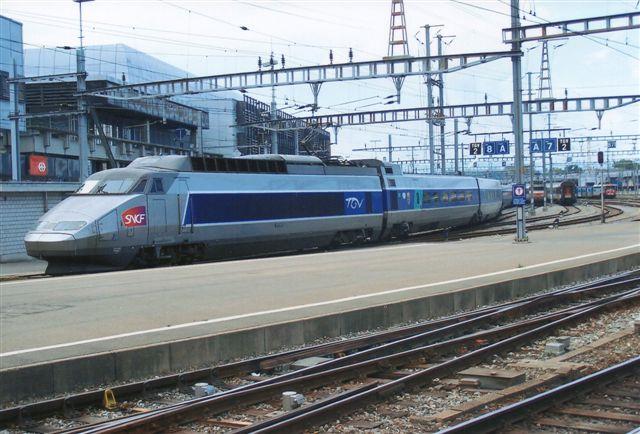 SNCF TGV sæt 31 kører til perron i Geneve i Schweiz. Kun en del af toget ses. De er lange de tog. Foto fra 2009.