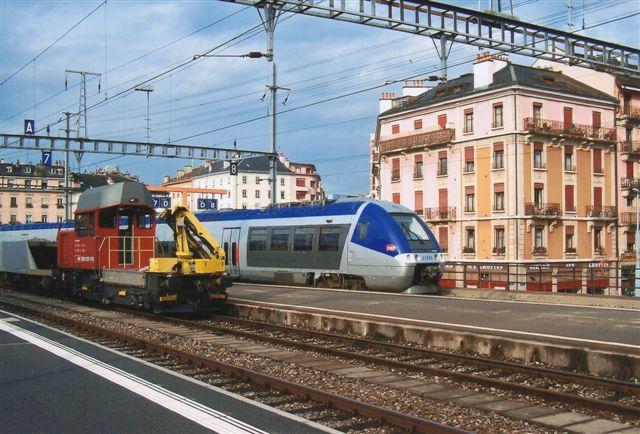 I Geneve sneg dette elektriske franske togsæt på fire vogne sig også ind på denf ranske del af banegården, men jeg gik ikke gennem tolden. Schweiz er jo ikke i EU. Den grimme trolje er schweizisk.