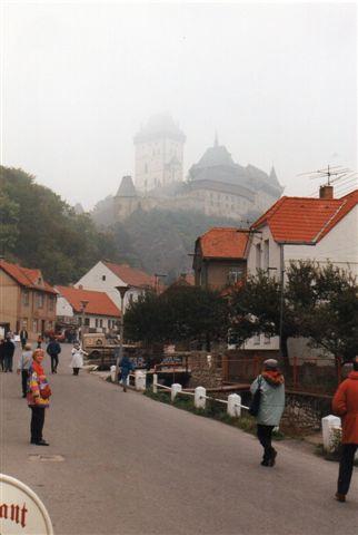 På vej gennem byen mellem stationen og borgen i Karlsstejn. At det var så dieset, erindrer jeg ikke. 1994.