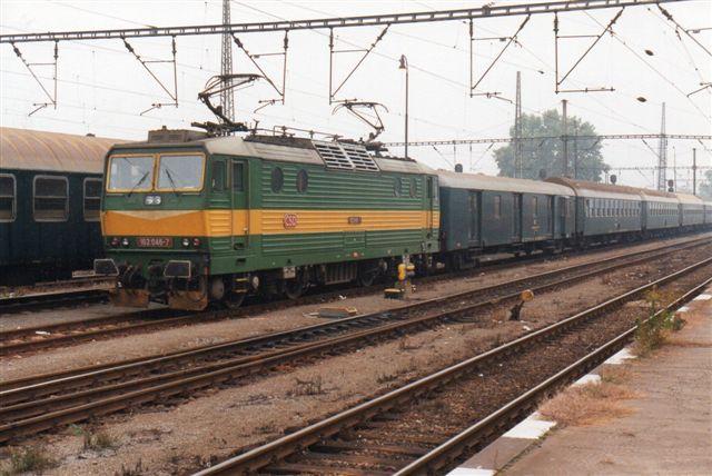 CD 162 046-7 i Praha-Smichov. Lokomotivet var bygget af Skoda. Foto fra 1994.