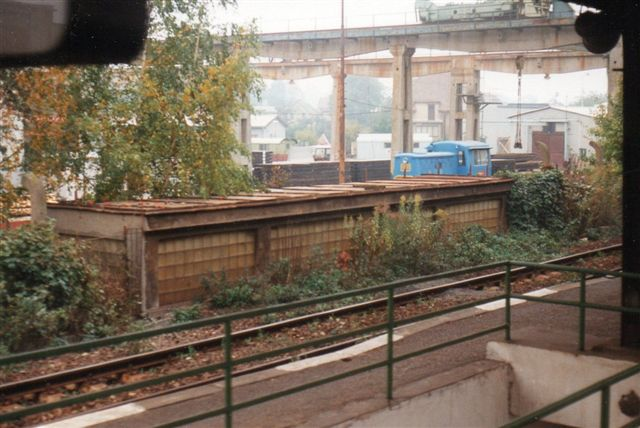 I Revnice mellem Prag og Karlstejn sås dette privatlokomotiv på et firam for betonelementer. Billedet er taget fra kørende tog, så jeg fik ikke data på rangerlokomotivet.